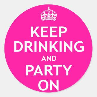 Guarde el beber y vaya de fiesta encendido pegatina redonda