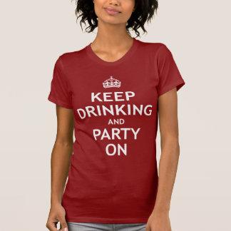 Guarde el beber y vaya de fiesta encendido playera