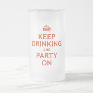 Guarde el beber y vaya de fiesta encendido taza cristal mate