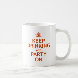 Guarde el beber y vaya de fiesta encendido taza básica blanca