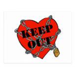 guarde el corazón hacia fuera encadenado postal