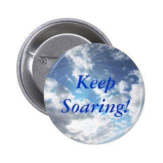 ¡Guarde el elevarse! Pin del botón del cielo azul