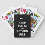 Guarde el fuego tranquilo y de vuelta barajas de cartas