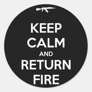 Guarde el fuego tranquilo y de vuelta pegatina redonda