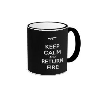 Guarde el fuego tranquilo y de vuelta tazas de café