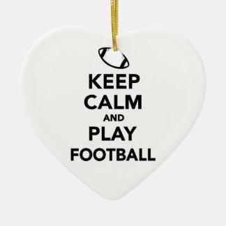 Guarde el fútbol de la calma y del juego adorno navideño de cerámica en forma de corazón