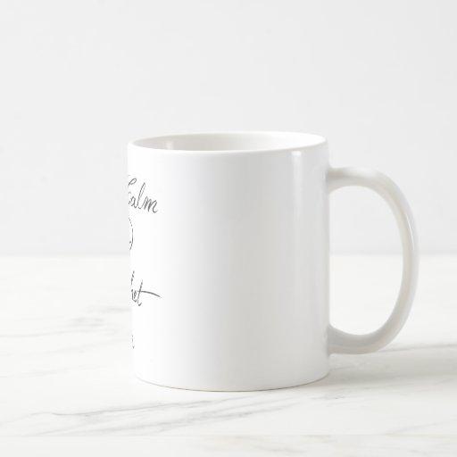 Guarde el ganchillo tranquilo encendido tazas de café