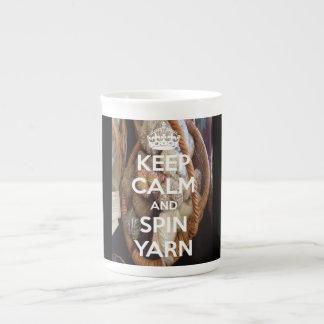 Guarde el hilado de la calma y de vuelta taza de porcelana