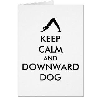 Guarde el perro tranquilo y hacia abajo tarjeta de felicitación