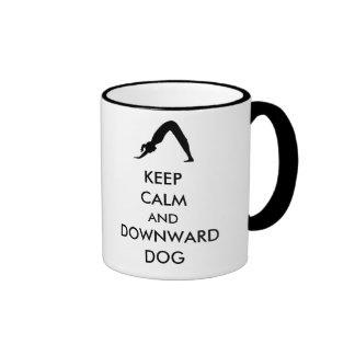 Guarde el perro tranquilo y hacia abajo taza a dos colores