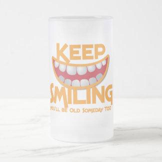 ¡guarde el sonreír usted será viejo algún día jarra de cerveza esmerilada