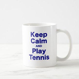 Guarde el tenis de la calma y del juego taza clásica