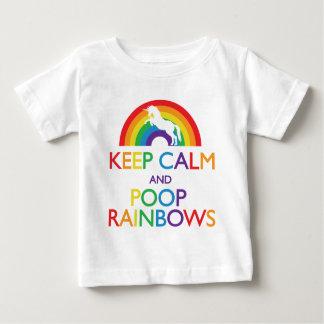 Guarde el unicornio de los arco iris de la calma y playera de bebé