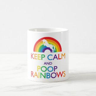 Guarde el unicornio de los arco iris de la calma y tazas de café