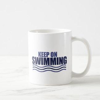 Guarde en la natación taza