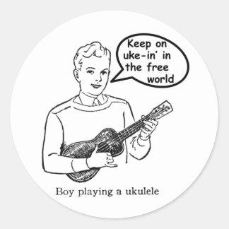 Guarde en uke-in el mundo libre (el Ukulele) Pegatina Redonda
