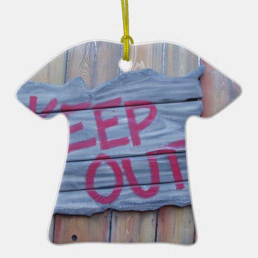 Guarde hacia fuera la muestra adorno de cerámica en forma de camiseta