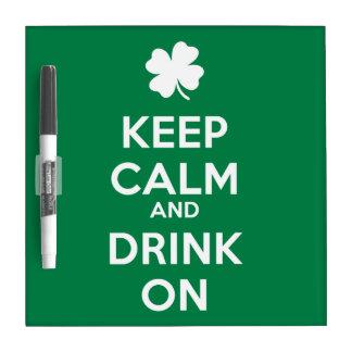 Guarde la bebida tranquila el día del St Patricks Pizarra