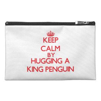 Guarde la calma abrazando a un rey pingüino