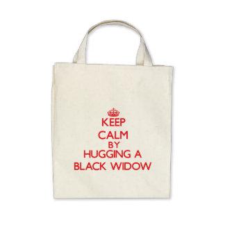 Guarde la calma abrazando a una viuda negra bolsas