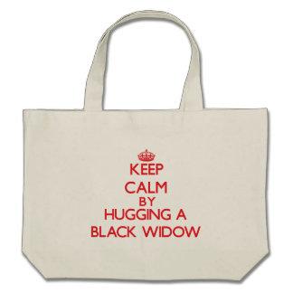 Guarde la calma abrazando a una viuda negra bolsa