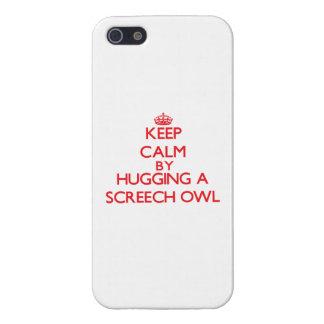 Guarde la calma abrazando un búho de chillido iPhone 5 protectores