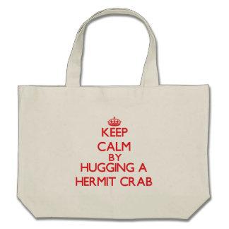 Guarde la calma abrazando un cangrejo de ermitaño bolsas