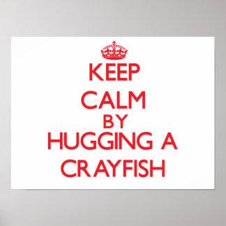 Guarde la calma abrazando un cangrejo posters