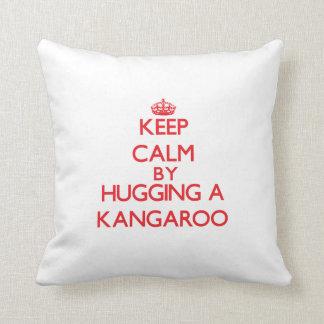 Guarde la calma abrazando un canguro almohada