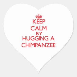 Guarde la calma abrazando un chimpancé pegatina en forma de corazón