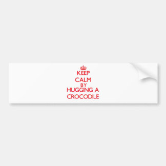 Guarde la calma abrazando un cocodrilo etiqueta de parachoque