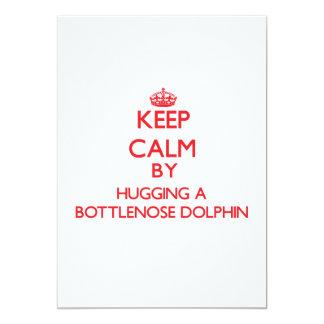 "Guarde la calma abrazando un delfín de Bottlenose Invitación 5"" X 7"""