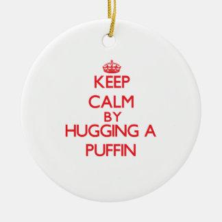 Guarde la calma abrazando un frailecillo ornamentos de navidad