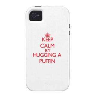 Guarde la calma abrazando un frailecillo iPhone 4 fundas