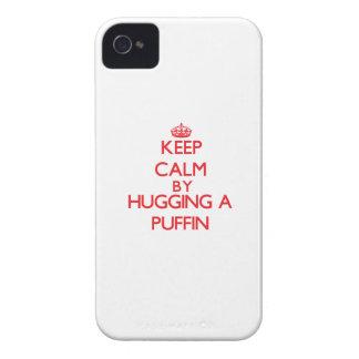 Guarde la calma abrazando un frailecillo iPhone 4 funda