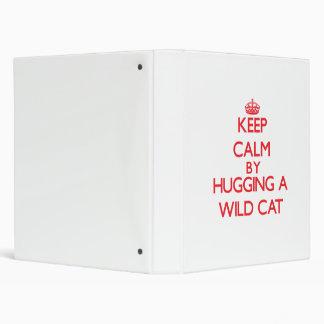 Guarde la calma abrazando un gato salvaje