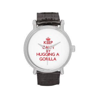 Guarde la calma abrazando un gorila reloj
