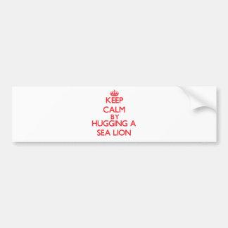 Guarde la calma abrazando un león marino etiqueta de parachoque