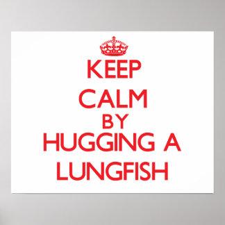 Guarde la calma abrazando un Lungfish Poster