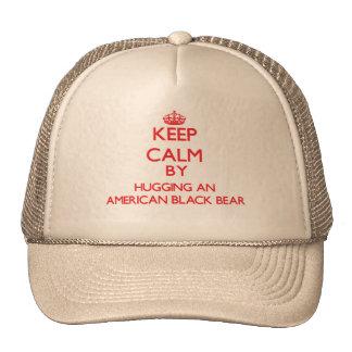Guarde la calma abrazando un oso negro americano gorras de camionero