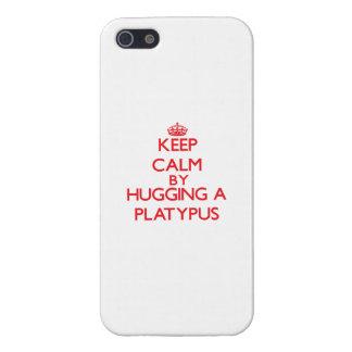 Guarde la calma abrazando un Platypus iPhone 5 Carcasa