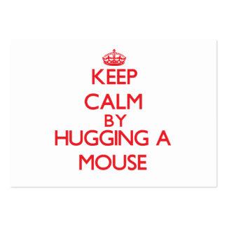 Guarde la calma abrazando un ratón tarjetas de visita