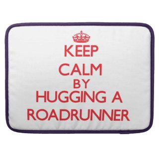 Guarde la calma abrazando un Roadrunner Fundas Para Macbook Pro