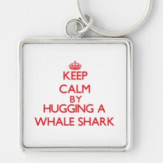 Guarde la calma abrazando un tiburón de ballena llaveros personalizados
