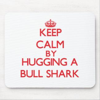 Guarde la calma abrazando un tiburón de Bull Tapete De Raton