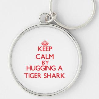 Guarde la calma abrazando un tiburón de tigre llaveros