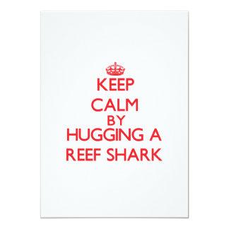 """Guarde la calma abrazando un tiburón del filón invitación 5"""" x 7"""""""