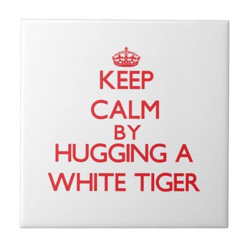 Guarde la calma abrazando un tigre blanco azulejo cuadrado pequeño