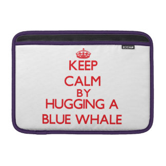 Guarde la calma abrazando una ballena azul fundas para macbook air