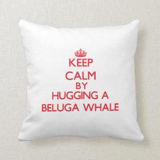 Guarde la calma abrazando una ballena de la beluga cojin